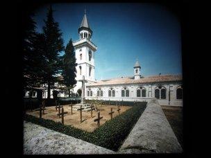Le cimetière est normalement situé dans la cour intérieure (avec croix anonymes)