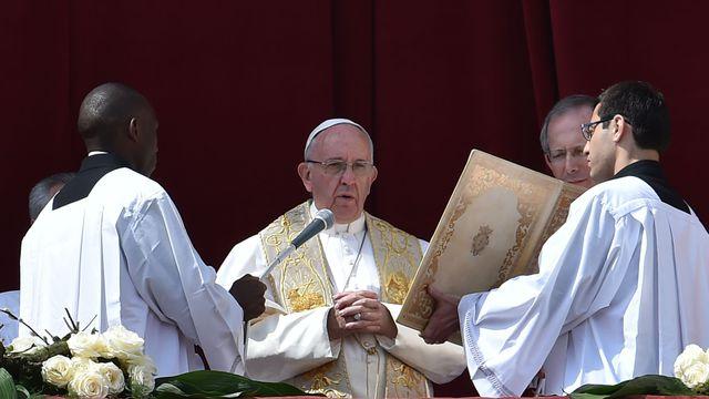 le-pape-francois-lors-de-la-messe-de-paques-au-vatican-le-27-mars-2016_5571765